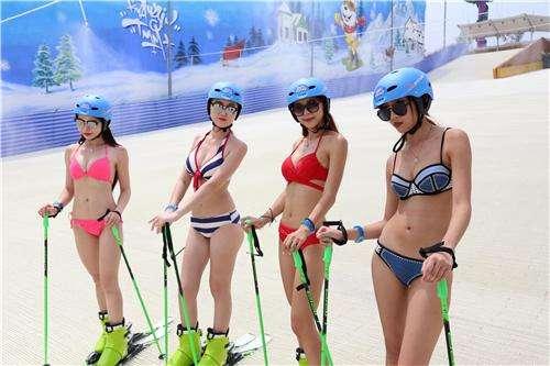 美女滑雪体验官比基尼上阵